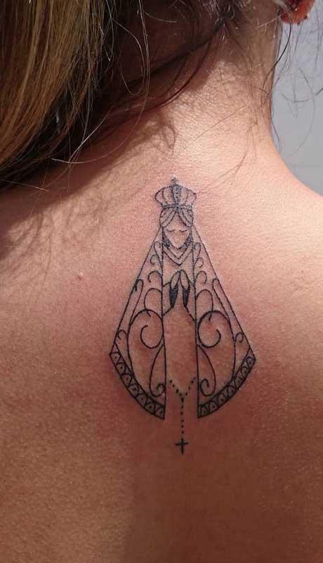 Tatuagem de santa nas costas feminina. O desenho pode ser deixado a vista ou encoberto sempre que desejar