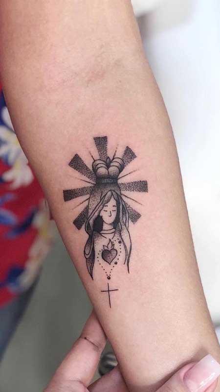 Tatuagem de santa no braço: desenho pequeno e delicado