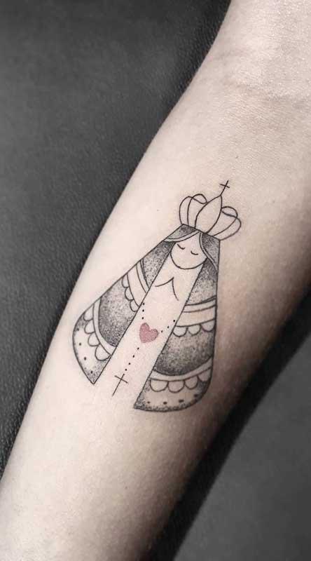 Aqui, a única parte colorida da tattoo de santa é o coração