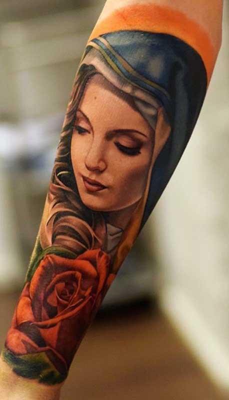Uma linda inspiração de tatuagem de santa super realista no braço