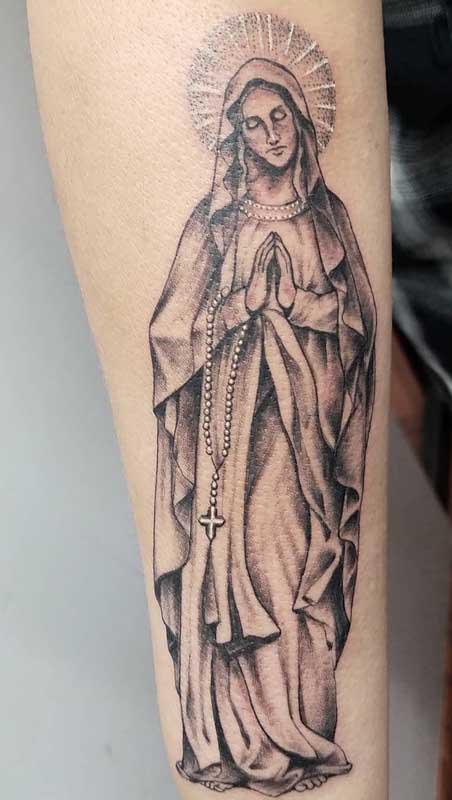 Tatuagem de santa com terço. Oração e devoção