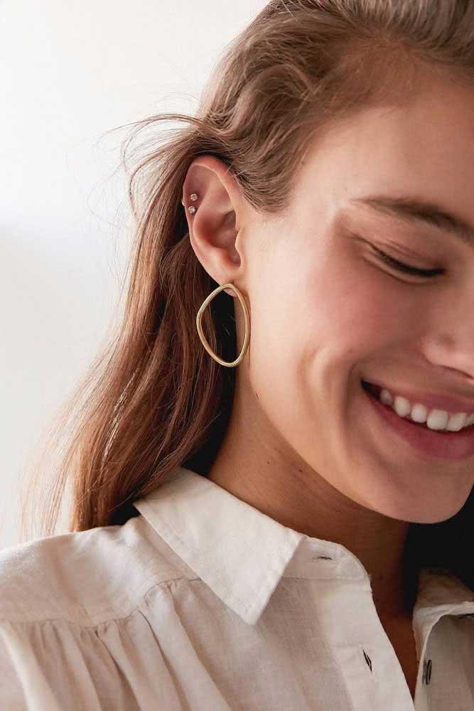 Piercing na orelha feminino delicado