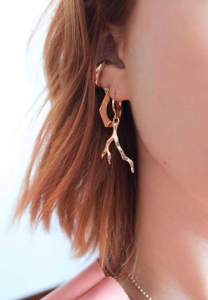Joias douradas na orelha