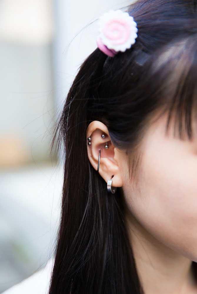 Piercing na orelha nos pontos Rock, Conch, Lóbulo e Hélix