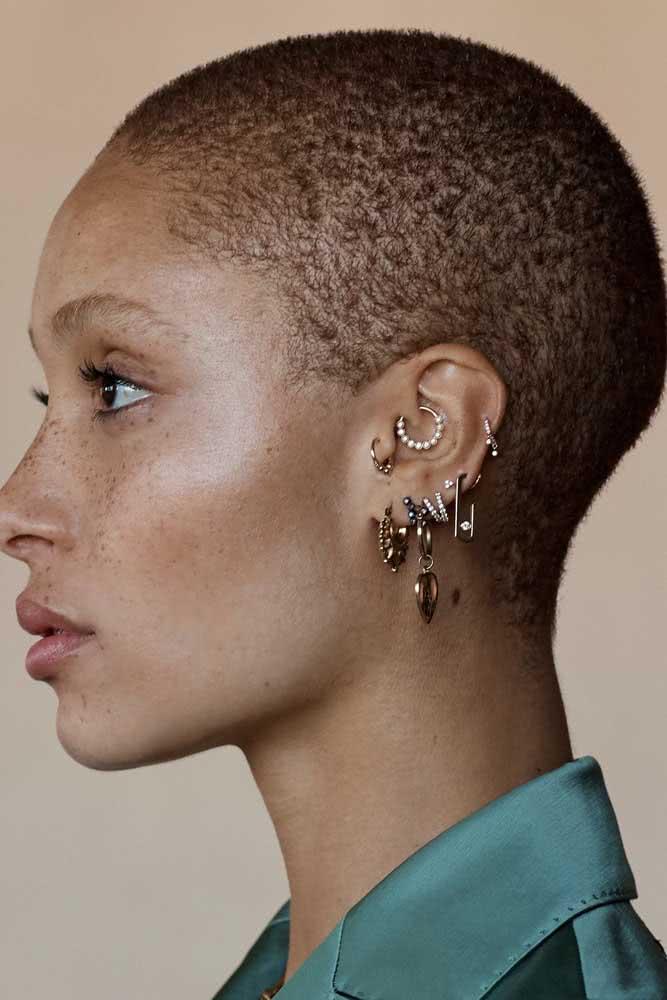 Já pensou em ter uma orelha totalmente preenchida por piercings?
