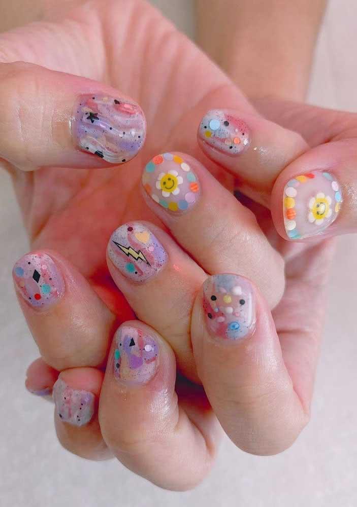 No carnaval vale um pouco de tudo: glitter, estrelinhas e adesivos para unhas