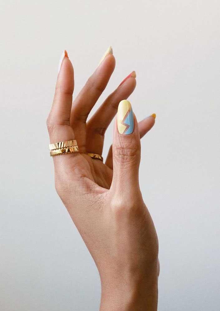 Faça da fita adesiva sua melhor amiga na hora de pintar as unhas para o carnaval