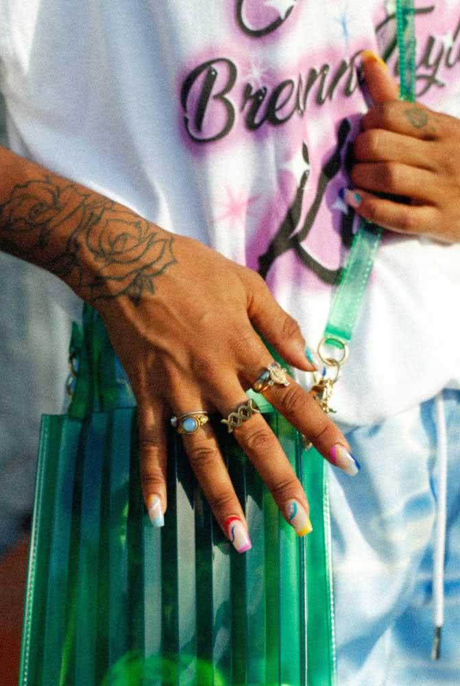 Que tal uma base clara nas unhas e um acabamento em neon?