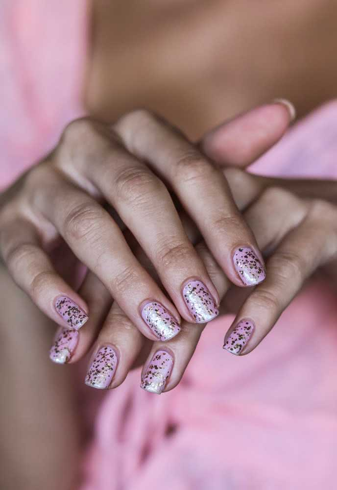 Unhas cor de rosa com glitter para um carnaval romântico
