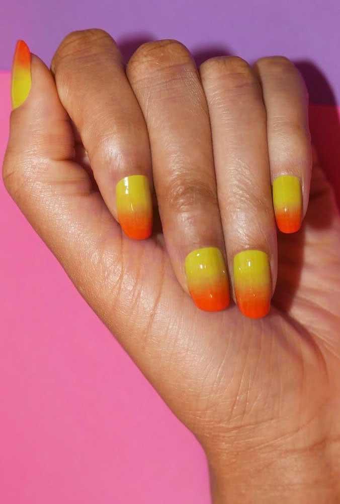 Que tal agora um degradê do amarelo ao laranja para suas unhas?