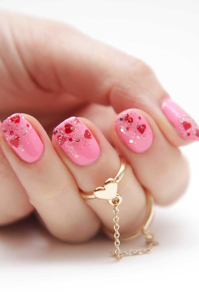 Românticas, essas unhas cor de rosa com corações são um mimo só!