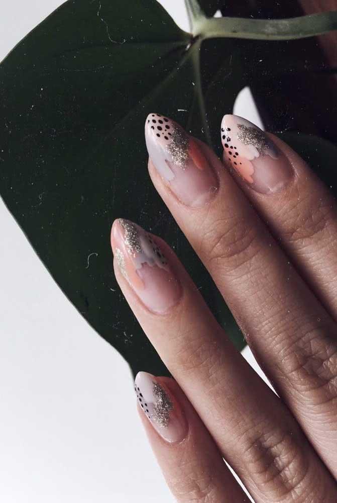 Já aqui, as unhas para carnaval ganham estampa de animal print apenas nas pontinhas